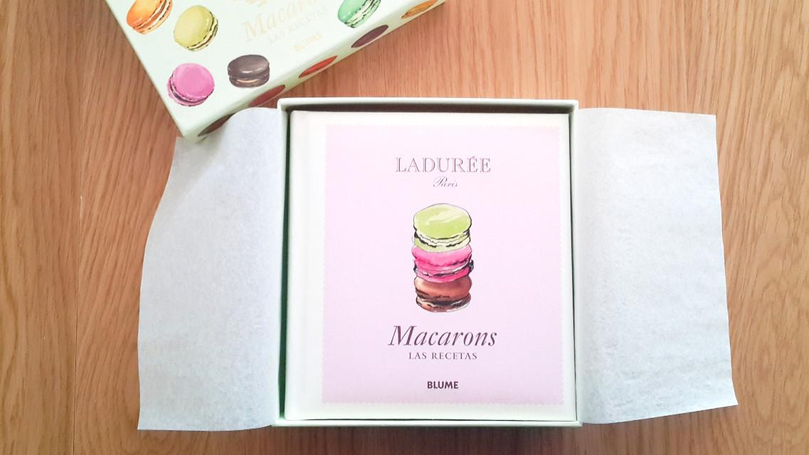 #shoping #macarons #macaronsbook #book #food #photography #cakepuntcom #sweet