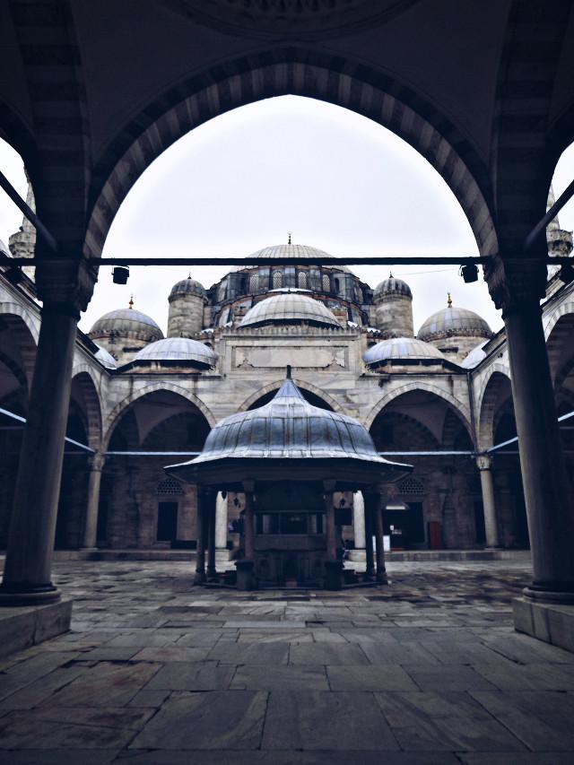 Karlı bir İstanbul günü dışarı çıkamamanın vermiş olduğu bir hüzün çöktü yüreğime.  Yarın sokaklar benimdir!   #istanbul #mosque #urban #architecture #perspective #art #photography #street #şehzadebaşı #fatih #travel #good #day #love #like #emotions #monday #week #winter #rain #cold #texture #interesting #edit #freetoedit #oldphoto #picsart